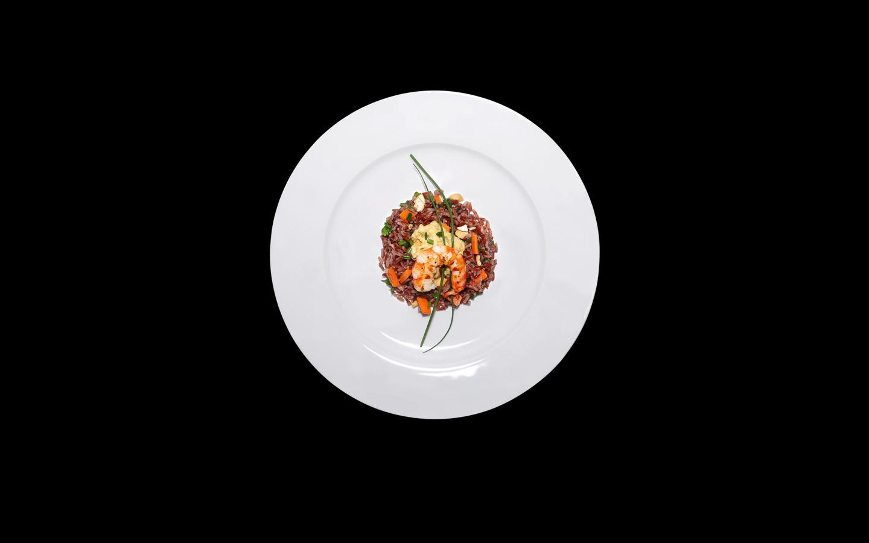 Riso rosso con salsa piccante allo zenzero e gamberi scottati