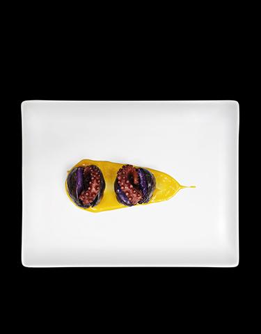 Sandwich di patata viola con polipo e salsa al mango