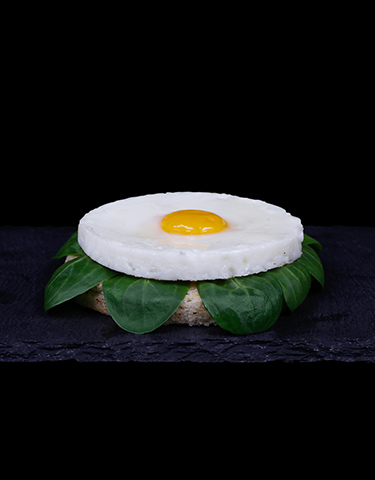 Uova di quaglia al tegamino con pane tostato e salsa alla senape